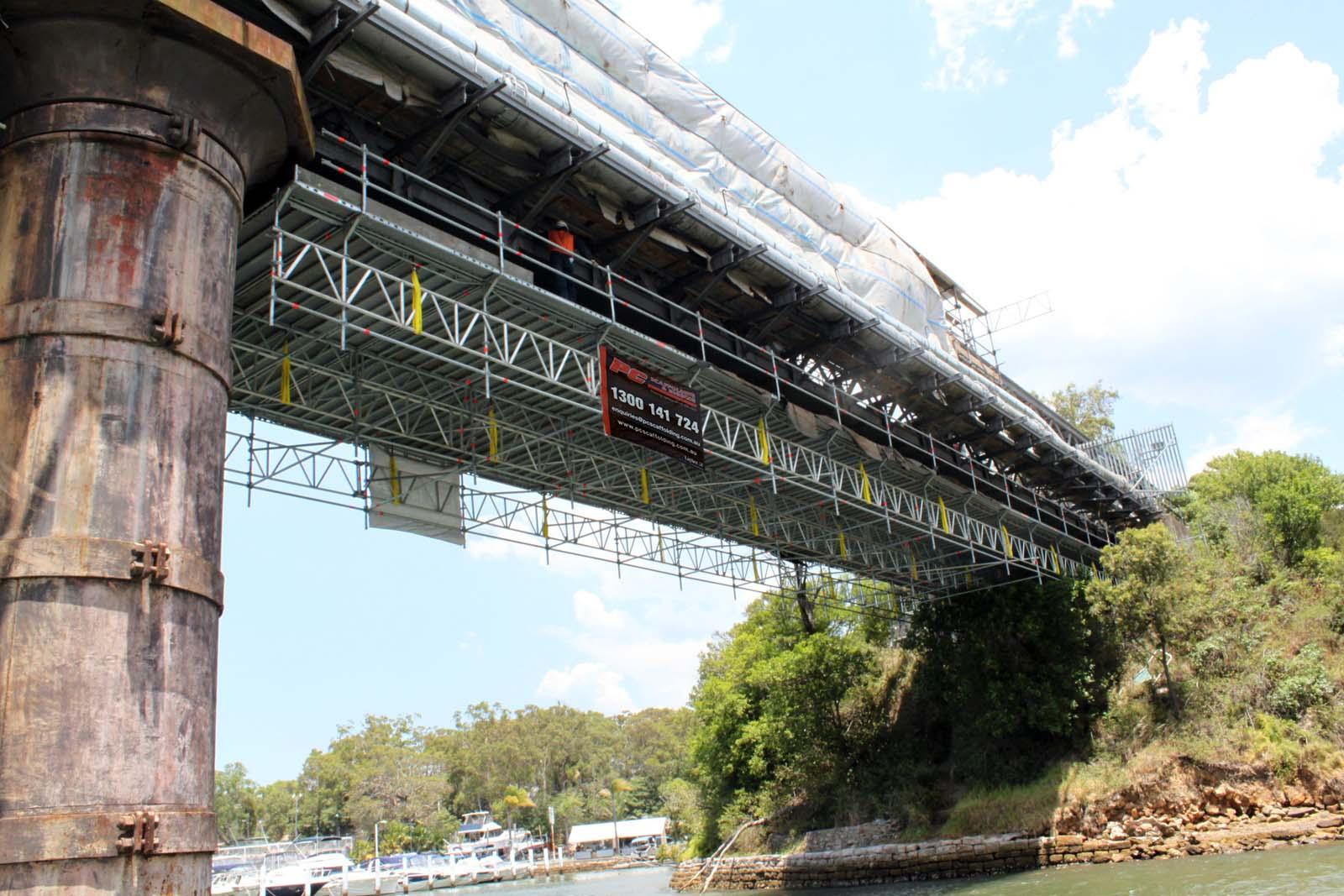 Függesztett Layher Allround állvány egy 113 éves hídon