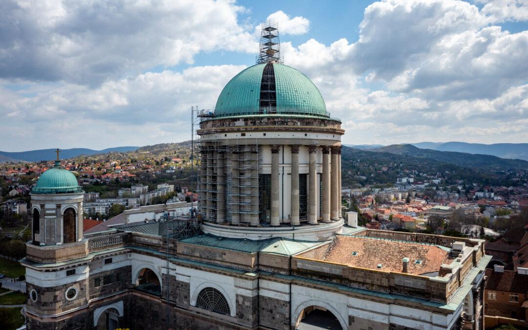 Függesztett Layher állvány a kupola restaurálásához